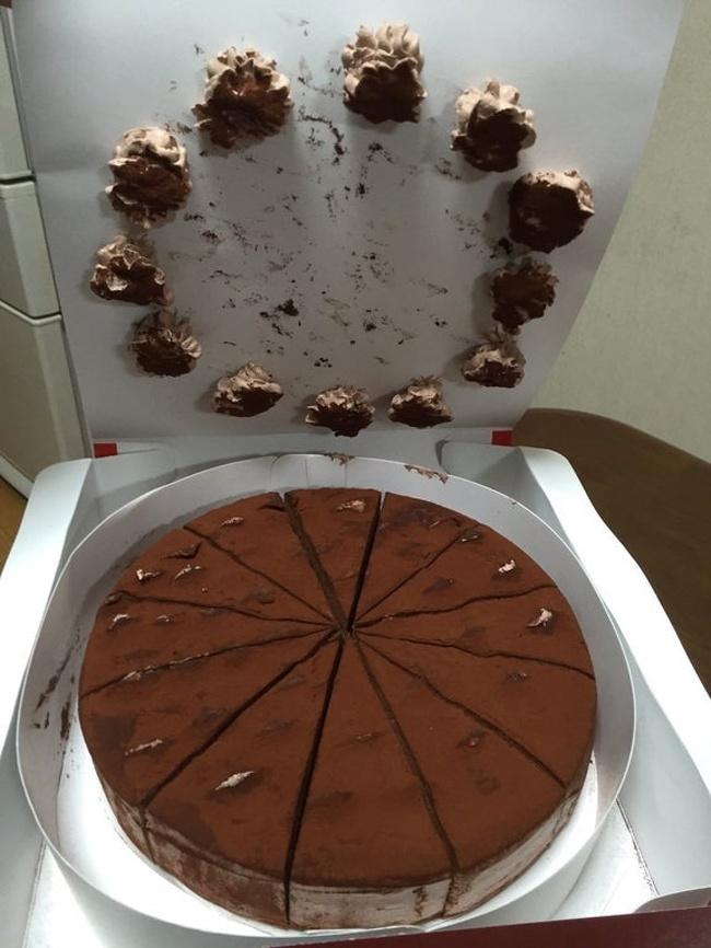 tort w pudełki z odklejonymi bezikami