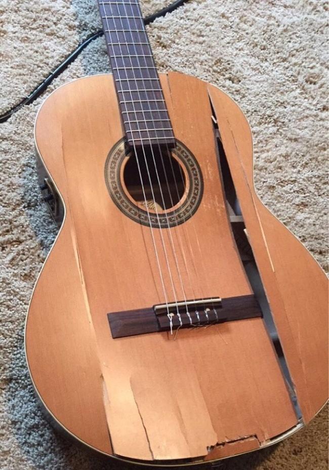 pech popsuta gitara