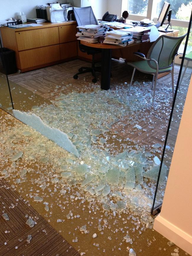 zbite drzwi szklane w biurze