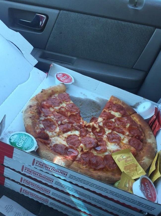 pech ktoś ukradł kawałek pizzy dostawcy
