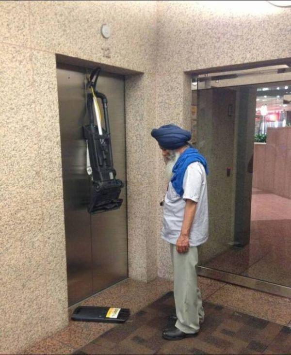 pech odkurzacz wciągnięty przez windę
