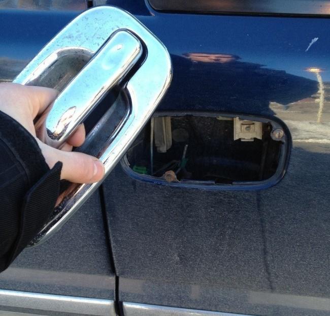 pechowo wyrwana klamka samochodu