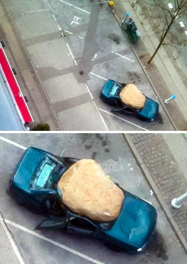 pechowy głaz na samochodzie