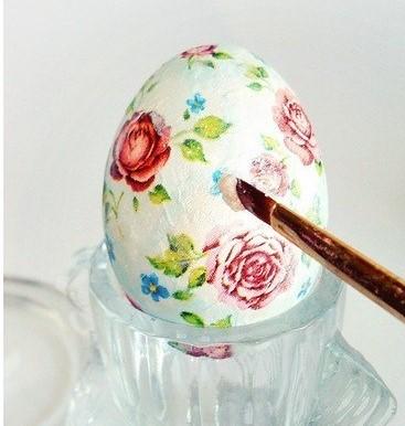Prosty trik na przeniesienie wzoru z serwetki na jajka wielkanocne