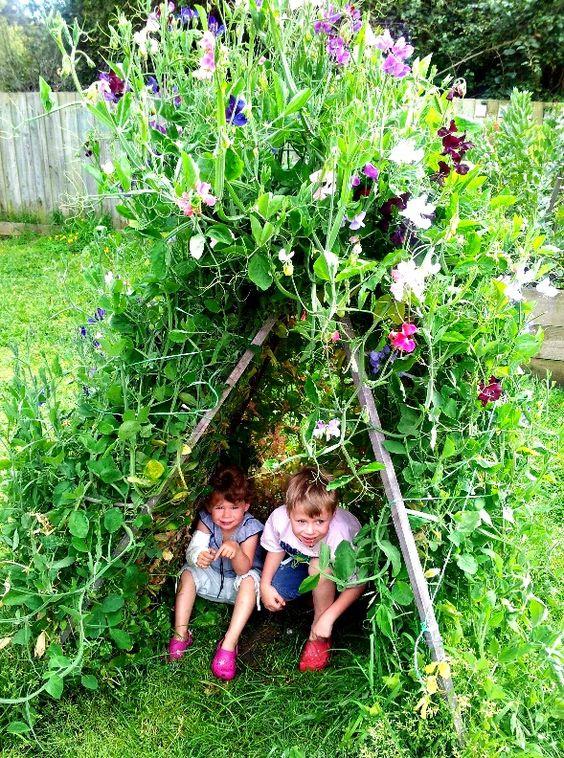 Tipi z ozdobnych pnączy, które będzie idealnym miejscem zabaw dla dzieci. Zrobisz je sam