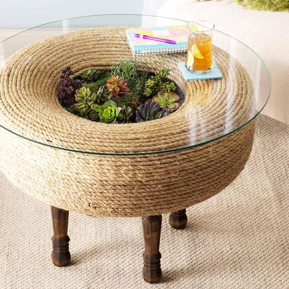stół z sukulentami