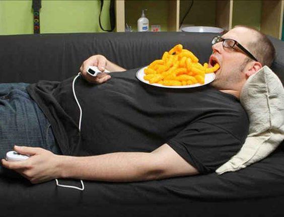 mężczyzna leży na kanapie