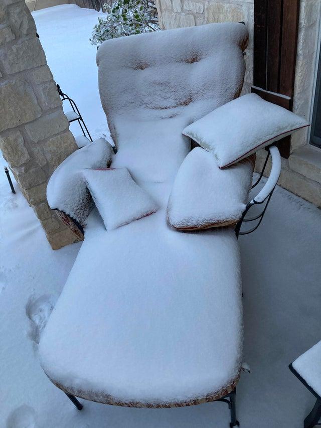 fotel w śniegu