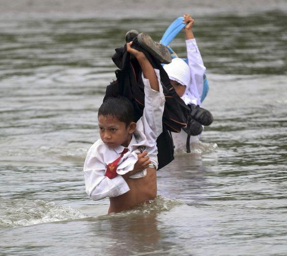 dziecie przechodzą przez rzekę