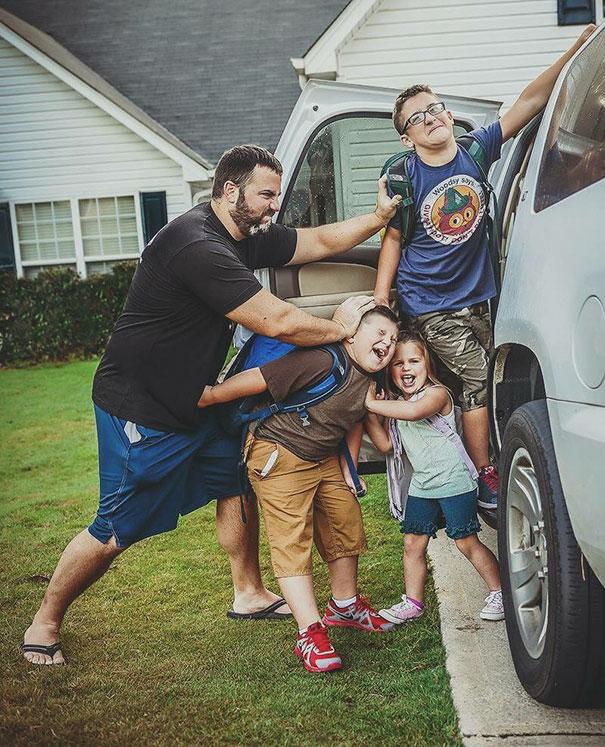 dzieci są wpychane do auta