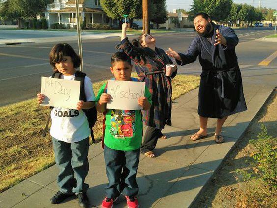 śmieszne zdjęcia - dzieci idą do szkoły