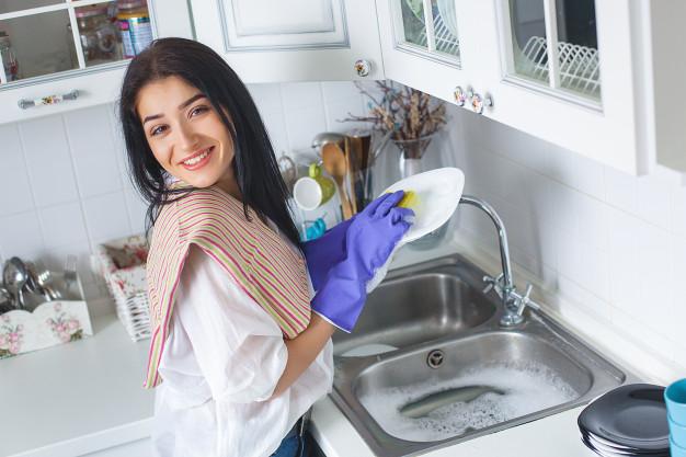 oszczędzanie wody w kuchni - mycie naczyń
