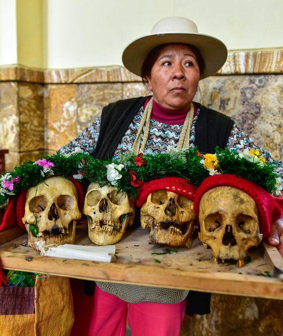 kobieta z czaszkami